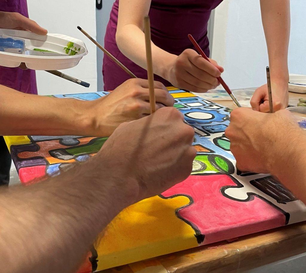 Malen im Atelier auf Leinwand